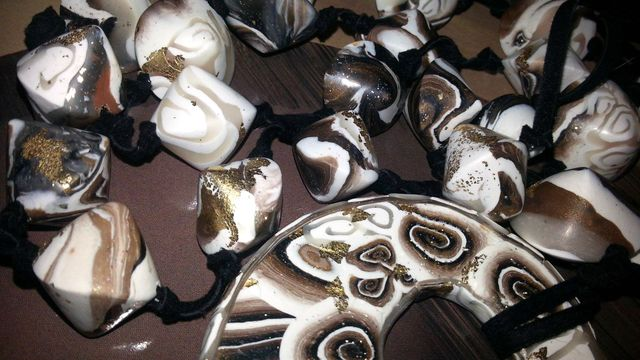 Le conchiglie portafortuna Occhio di Venere  hanno ispirato la  collana con donut ed il relativo anello a forma di gatto con occhi Swarovski. Sono pezzi unici di Stregapeperina Creazion (2)