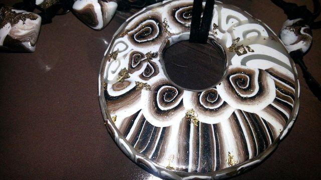 Le conchiglie portafortuna Occhio di Venere  hanno ispirato la  collana con donut ed il relativo anello a forma di gatto con occhi Swarovski. Sono pezzi unici di Stregapeperina Creazion
