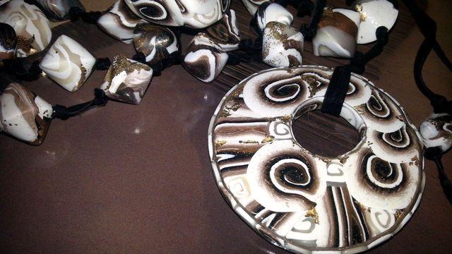 Le conchiglie portafortuna Occhio di Venere  hanno ispirato la  collana con donut ed il relativo anello a forma di gatto con occhi Swarovski. Sono pezzi unici di Stregapeperina Creazioni